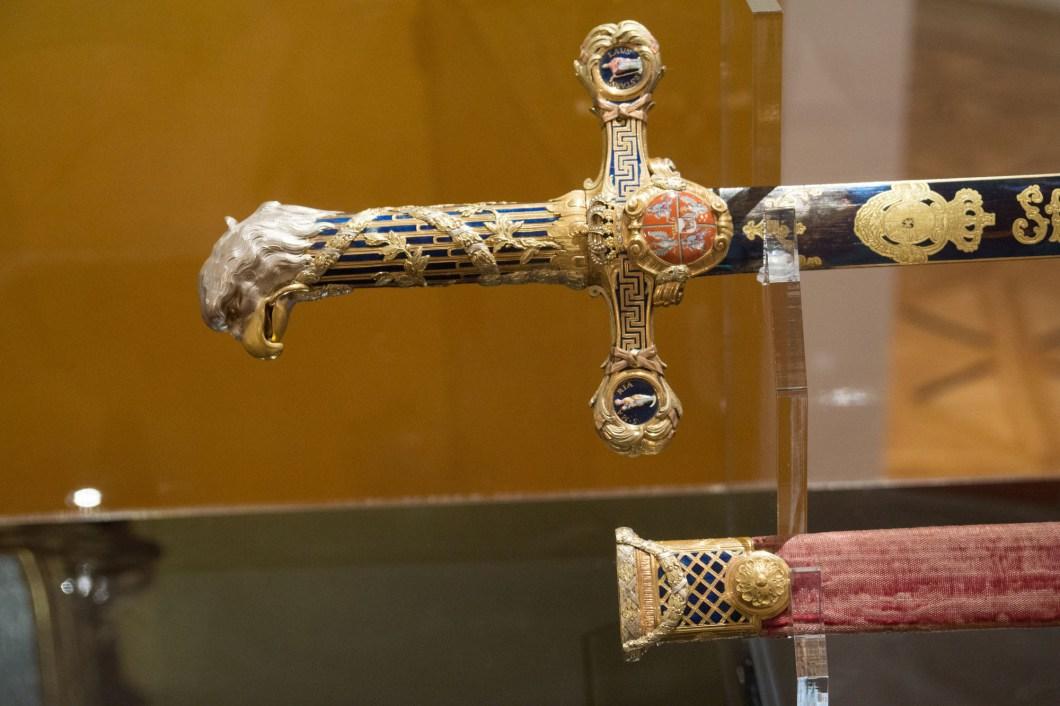 Başka bir dini gösteri kılıcı