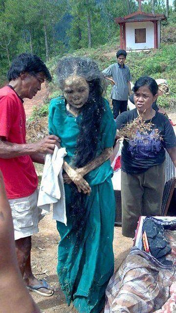 Bu garip adet Endonezya'dan. Her sene belli bir dönemde mumyaladıkları ölülerini yıkayıp giydirip köylerinin ortasından geçiriyorlarmış.