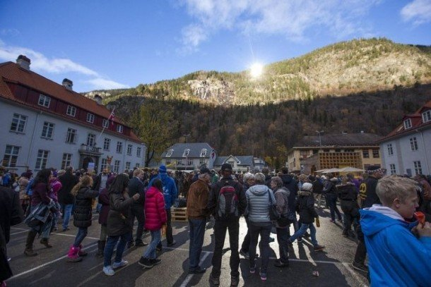 Rjukan-Makes-Use-Of-Mirrors-For-Sunlight-2-610x407