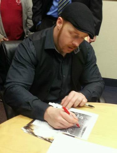 Sheamus firma autógrafo para Noyra LaOch