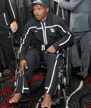 Timothy Bradley se presenta en silla de ruedas