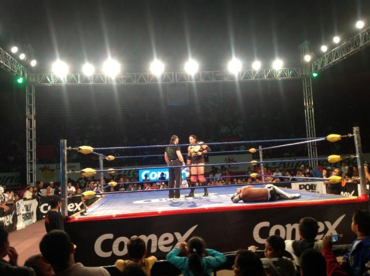 Heavy Metal reta a Texano Jr. por el Megacampeonato AAA. Momentos antes, Texano Jr. lo había retenido ante Argenis por segunda vez / Plaza de Toros de Chilpancingo, Gro. - 27 de abril de 2013 / Photo by @Lucha_Libre_AAA en Twitter