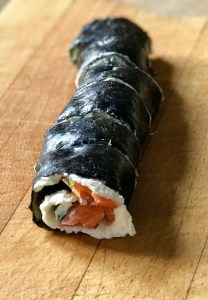 Low-Carb-Sushi Rolle geschnitten
