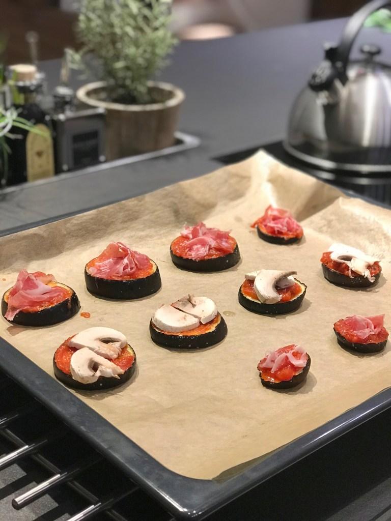 Aubergine Mini Pizza: Scheiben belegen
