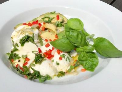 Keto-Salat mit Mozzarella & Avocado