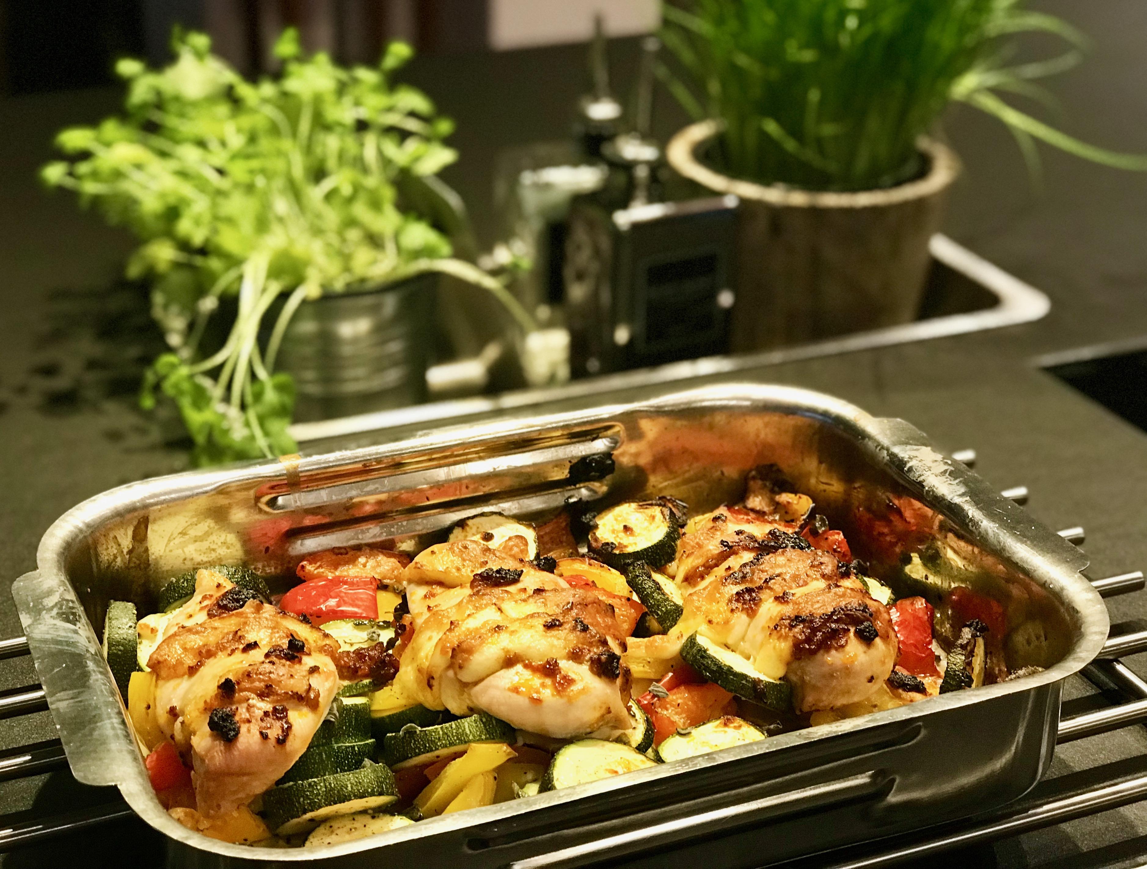 Keto-Hähnchenbrust mit Mozzarella & Gemüse