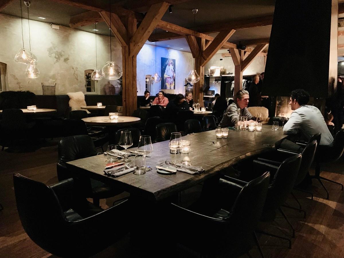 Hygge: Gastraum mit langem Tisch