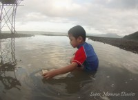 While the Big Boy is contented with the small pool of seawater formed by the huge splash of waves. :D