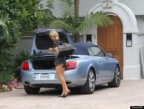 O vestido era bem curto e sem querer acabou mostrando o derriere de Paris Hilton.