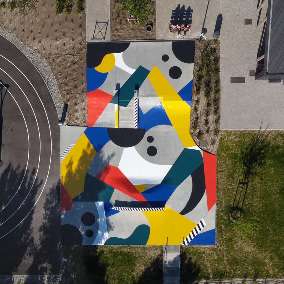 Skatepark peint par Poter, jaune bleu et blan