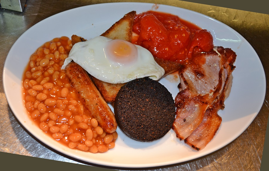 sausage egg bacon beans and tomatoes with black pudding and fried bread