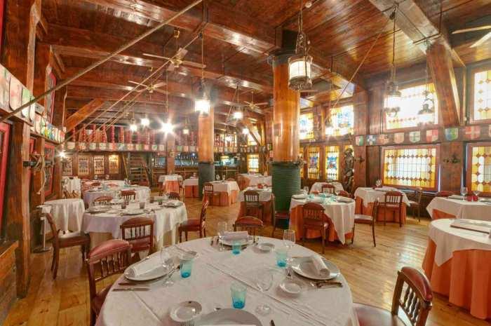 Interior del restaurante Galeón Pirata