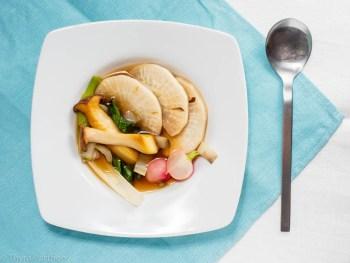 Umami-Bouillon mit Rübchen, Mangold und Pilzen