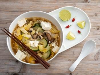 Mie-Nudelsuppe mit Gemüse und Tofu