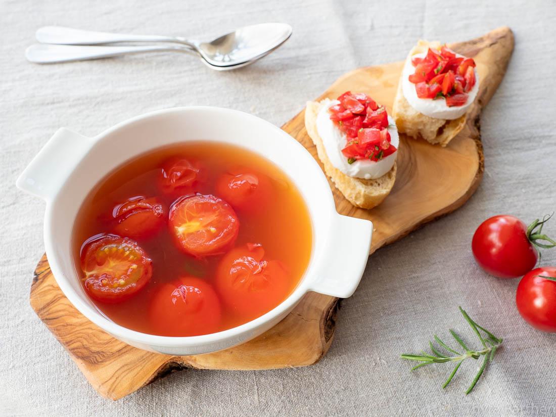 Klare Tomatensuppe mit Caprese-Ciabatta