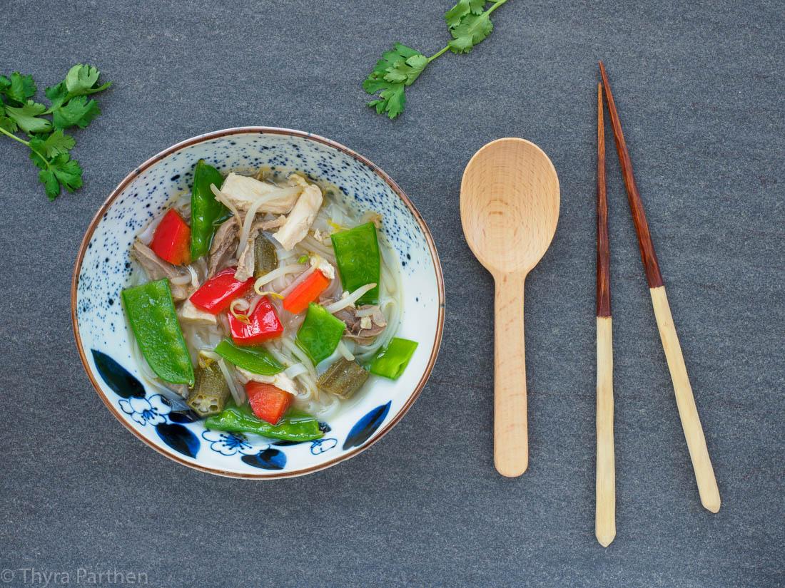 Reisnudelsuppe mit Hühnchen und Gemüse thailändische Art