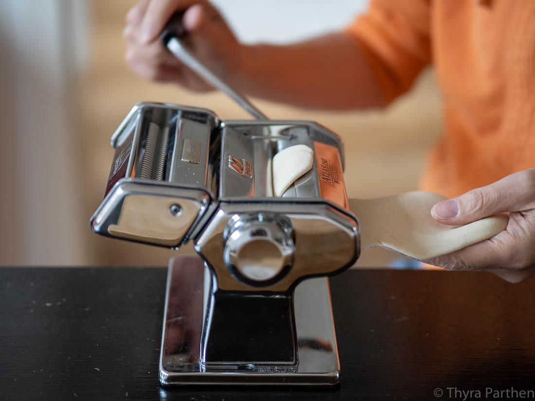Ramen-Nudeln selber machen - Teig in der Nudelmaschine ausrollen