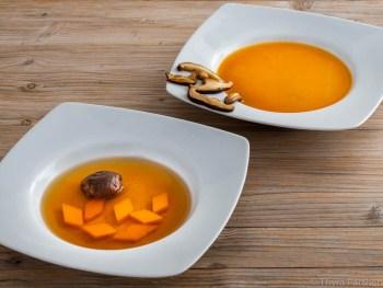 Butternutkürbis-Shiitake-Suppe in zwei Variationen: einmal als klare Bouillon mit Kürbiswürfeln und Shiitake als Einlage und einmal als pürierte Kürbiscremesuppe mit gebratenen Shiitake als Topping