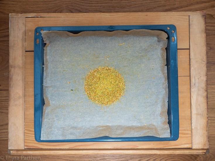 Gemüsebrühe-Pulver - Gemüse nach dem Zerkleinern auf Backblech