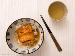 Grüner Tee mit Reis und Lachs