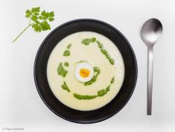 Kartoffel-Cremesuppe mit Pesto aus Frühlingskräutern