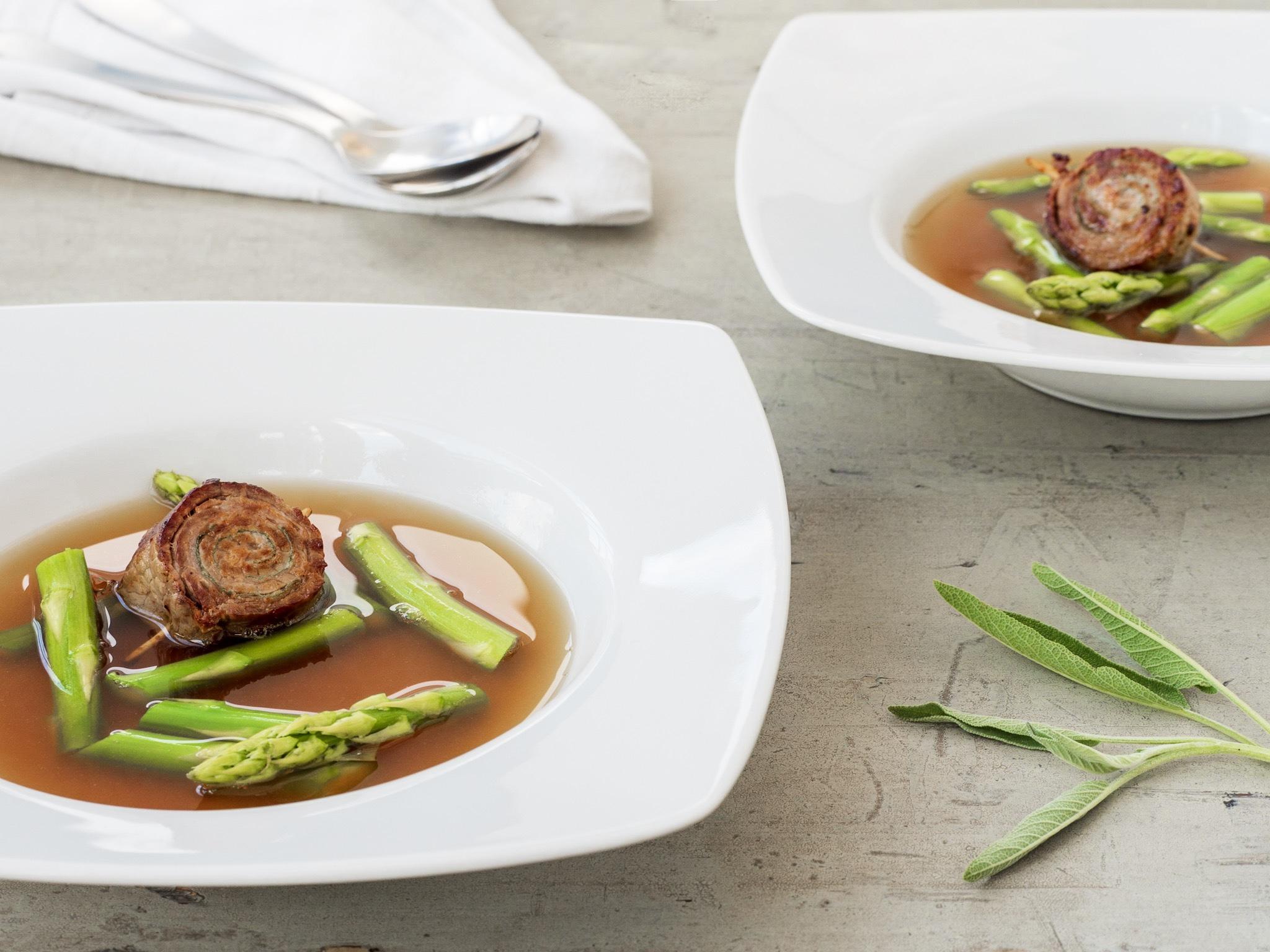 Spargel-Suppe mit Saltimbocca-Involtini
