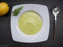 Zucchini-Cremesuppe mit Rosmarin und Zitrone