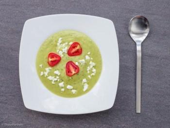 Zucchini-Cremesuppe mit Feta und Tomate