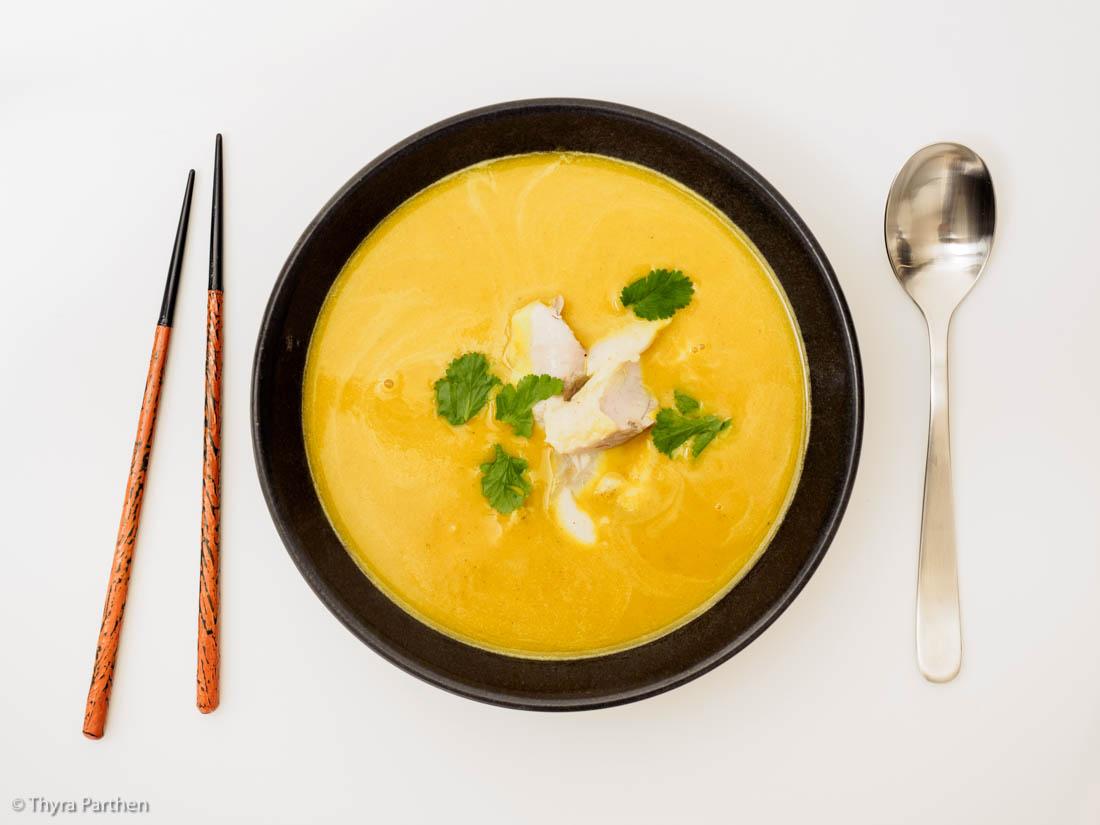 Kürbissuppe mit Curry und Fisch