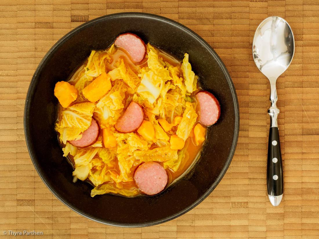 Eintopf mit Wirsing, Süßkartoffel und Kabanossi