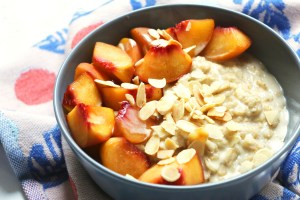 Peaches and cardamom porridge