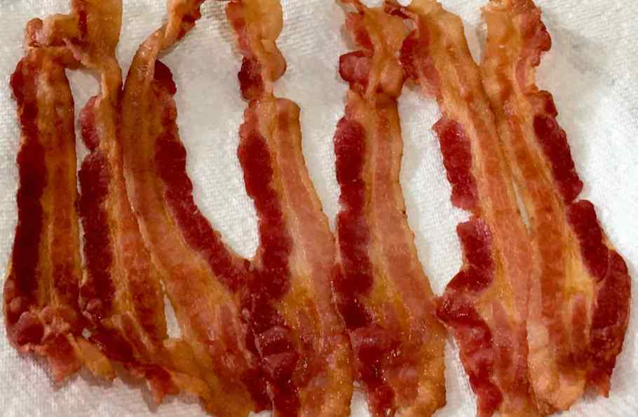 cooked bacon on a paper towel