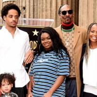 snoop dogg family outside at the awards