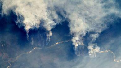 Incêndios na Amazônia está queimando a floresta tropical do Brasil. As chamas são tão sérias que são facilmente vistas do espaço.