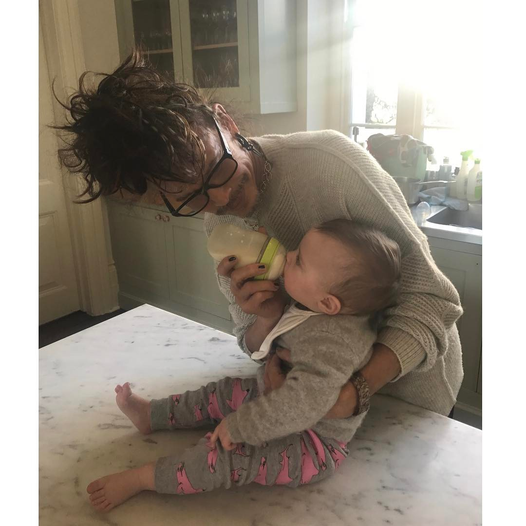 Liv Tyler se pochlubila fotkou táty, rockera Stevena Tylora. Nepoznali byste ho!