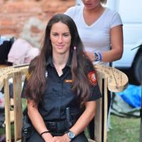 Šly dobrovolně nakrátko! Policistky se na festivalu Brutal Assault nechaly ostříhat pro dobrou věc