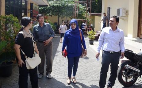 Dengan ditemani keluarga dan kuasa hukumnya, Edi Suprijoto mendatangi Polda Jatim untuk mengikuti gelar perkara. (FOTO : Parlin/surabayaupdate)
