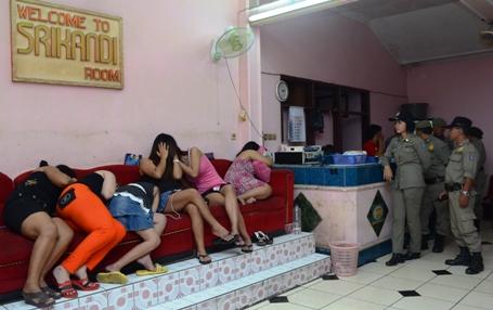 Razia yang dilakukan Satpol PP Kota Surabaya di Lokalisasi Sememi, Minggu (1/6) dini hari itu, mendapat kecaman para pemilik dan pengelola wisma. (FOTO : Parlin/surabayaupdate)