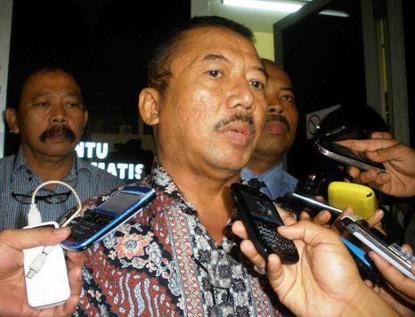 Bambang DH ketika memenuhi panggilan penyidik kepolisian Polda Jatim, November 2013 lalu. (FOTO : Parlin/surabayaupdate)