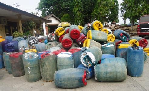 Ratusan jirigen yang diamankan dari SPBU Sepulu atas dugaan penyalahgunaan BBM bersubsidi jenis premium, digeletakkan begitu saja seperti barang rongsokan di Polres Bangkalan. (FOTO : parlin/surabayaupdate.com)