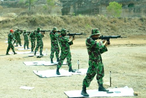 Latihan menembak 172 anggota Korem 081/DSJ di Desa Pilangrejo Kecamatan Wungu Kabupaten Madiun. (FOTO : penrem/surabayaupdate.com)