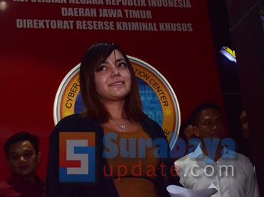 Avriellya Shaqilla saat membacakan permintaan maafnya di Subdit V Cyber Crime Ditreskrimsus Polda Jatim. (FOTO : parlin/surabayaupdate.com)