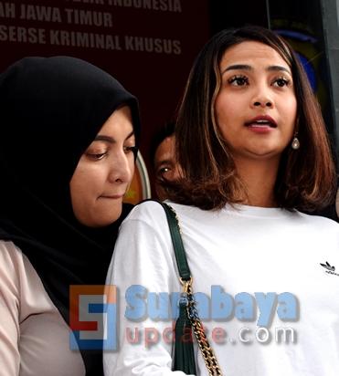 Jane Shalimar (KIRI) dan Vanessa Angel di Mapolda Jatim. (FOTO : parlin/surabayaupdate.com)