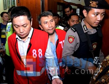 terdakwa Klemens dan Budi Santoso mendapat pengawalan ketat. (FOTO : parlin/surabayaupdate.com)