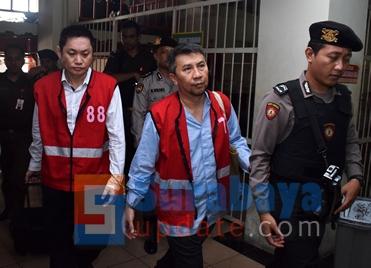 Terdakwa Budi Santoso (KIRI) dan terdakwa Ir. Klemens Sukarno Candra (KANAN) dikawal petugas untuk diantar ke ruang sidang Cakra PN Surabaya. (FOTO : parlin/surabayaupdate.com)