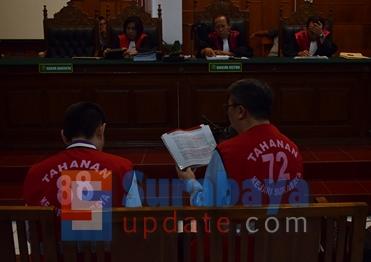 Terdakwa Klemens Sukarno Candra dan Budi Santoso secara bergantian membacakan pledoi dimuka majelis hakim. (FOTO : parlin/surabayaupdate.com)