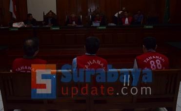 Tiga big bos Sipoa yang menjadi terdakwa tindak pidana penipuan dan penggelapan. (FOTO : parlin/surabayaupdate.com)