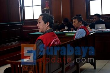 Aris Birawa dan Ir. Klemens Sukarno Candra saat menjalani persidangan di PN Surabaya. (FOTO : parlin/surabayaupdate.com)