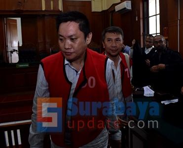 Budi Santoso (KIRI) dan Ir. Klemens Sukarno Candra (KANAN) menjadi terdakwa dugaan tindak pidana penipuan dan penggelapan di PN Surabaya. (FOTO : parlin/surabayaupdate.com)