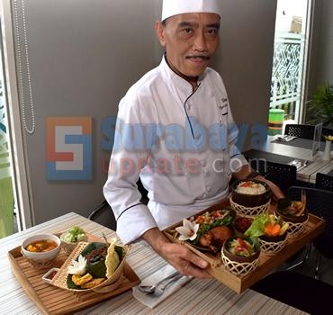 Chef Raden Ahmad Chotib Daulay, Coorporate Executive Chef Pesonna Hotel. (FOTO : parlin/surabayaupdate.com)